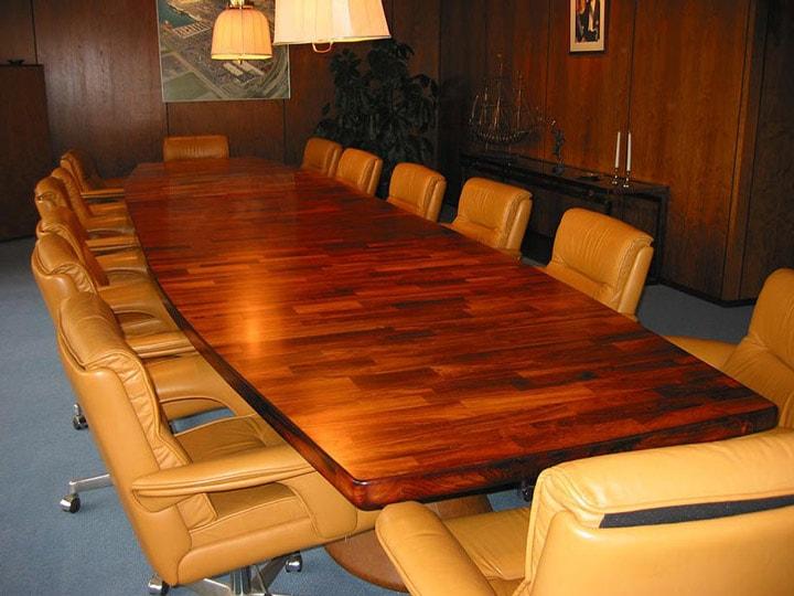 vergadertafel na het overspuiten, aflevering en montage
