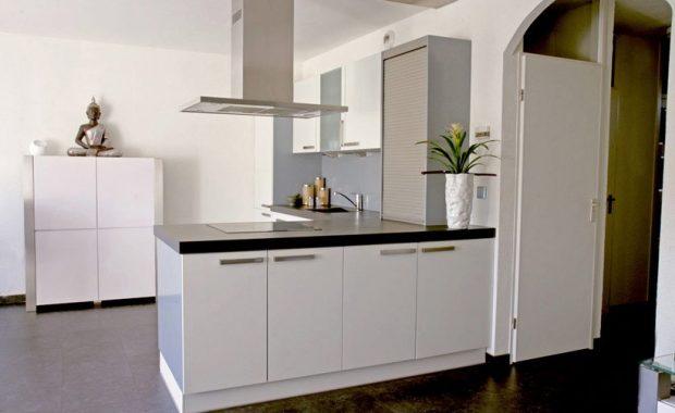 laten spuiten keukenkastjes kookeiland